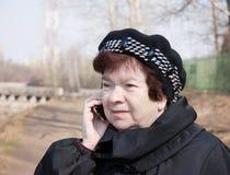 telephone kvinnan Fotografering för Bildbyråer