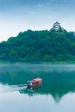 Telephoto do barco de turista do rio do castelo de Inuyama fotos de stock