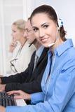 Telesales或帮助台队-有耳机微笑的有用的妇女 免版税库存照片