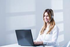 Telesales kvinnlig consulatnt under arbete royaltyfri bild
