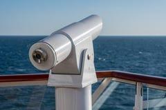 Telescópio ótico na plataforma do navio de cruzeiros fotografia de stock
