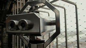 Telescópio binocular a fichas de Matal sobre o ponto sightseeing video estoque