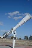 Telescópio branco em exterior Foto de Stock