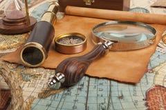 Telescópio de bronze no mapa foto de stock royalty free