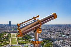 Telescópio de bronze sobre a torre Eiffel Fotos de Stock Royalty Free