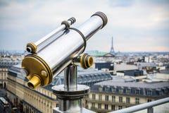 Telescópio de Chrome sobre a paisagem de Paris no terraço da galeria de Lafayette Imagem de Stock Royalty Free