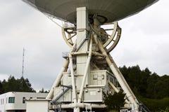 Telescópio de rádio grande no fundo do céu nebuloso Fotos de Stock Royalty Free