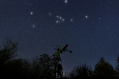 Telescópio e céu noturno real Touro no céu noturno real, Imagens de Stock
