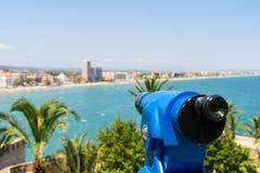 Telescópio a fichas azul da cidade tropical panorâmico e do oceano Foto de Stock