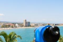 Telescópio a fichas azul da cidade tropical panorâmico e do oceano Fotos de Stock Royalty Free