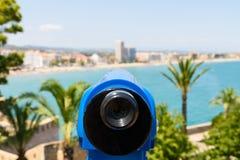 Telescópio a fichas azul da cidade tropical panorâmico e do oceano Imagem de Stock Royalty Free
