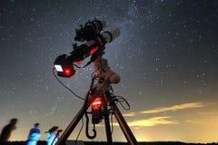 Telescópio sob o céu nocturno Imagens de Stock Royalty Free