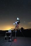 Telescópio sob o céu nocturno 2 Fotos de Stock