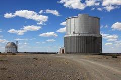 Telescópios astronômicos em África do Sul imagens de stock royalty free