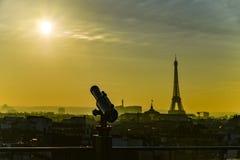 Telescoop aan de zonsondergang over de toren die van Eiffel wordt gericht Stock Foto's