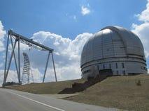 Telescoop in de bergen van de Kaukasus Karachay-Cherkessia, RUSLAND 29 April, 2012: Radio-astronomiewaarnemingscentrum Optische Z royalty-vrije stock foto