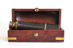 telescoop in houten doos die op wit wordt geïsoleerdb Royalty-vrije Stock Afbeeldingen