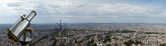 Telescoopkijker en stadshorizon bij dag. Parijs, Frankrijk Stock Foto's