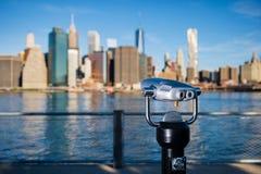 Telescopio con la siluetta vaga di New York Fotografie Stock Libere da Diritti
