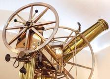 Telescopio de cobre amarillo brillante del viejo vintage Imágenes de archivo libres de regalías