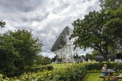 Telescopio de radio del banco de Jodrell en el campo rural de Cheshire England Fotos de archivo