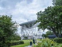 Telescopio de radio del banco de Jodrell en el campo rural de Cheshire England foto de archivo