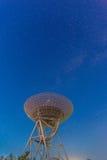 Telescopio de radio en el cielo nocturno Fotografía de archivo libre de regalías