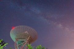 Telescopio de radio en el cielo nocturno Imágenes de archivo libres de regalías