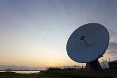 Telescopio de radio en la puesta del sol Imagen de archivo