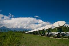 Telescopio de radio en las montañas Fotos de archivo