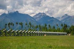 Telescopio de radio en las montañas Imagen de archivo