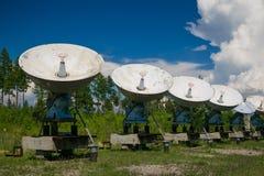Telescopio de radio en las montañas Fotos de archivo libres de regalías