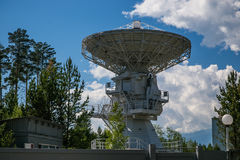 Telescopio de radio en las montañas Foto de archivo libre de regalías