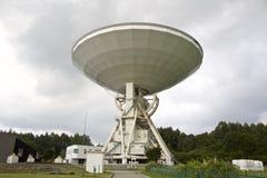 Telescopio de radio grande en fondo del cielo nublado Fotografía de archivo