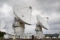 Telescopio de radio grande en fondo del cielo nublado Foto de archivo