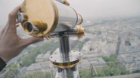 Telescopio de visita turístico de excursión en la torre Eiffel, París, Francia Vista de París del balcón superior en el día de ma almacen de video