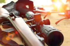 Telescopio del rifle para la caza del deporte en la tabla de madera Fotografía de archivo libre de regalías