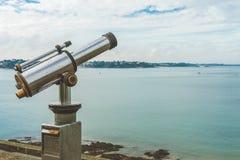Telescopio della moneta che affronta mare Fotografie Stock
