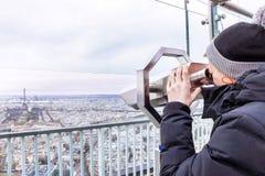 Telescopio di Montparnasse Il ragazzo sta guardando alla torre Eiffel Fotografia Stock