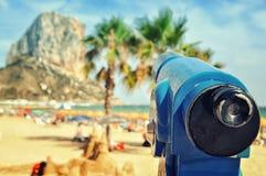 Telescopio di Turistic alla spiaggia di Calpe Immagini Stock Libere da Diritti