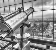 Telescopio en el horizonte de París, Francia Fotografía de archivo libre de regalías