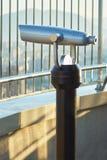 Telescopio a gettoni binoculare per fare un giro turistico sul grattacielo Immagine Stock