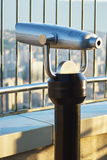 Telescopio a gettoni binoculare per fare un giro turistico sul grattacielo Fotografia Stock Libera da Diritti