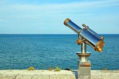 Telescopio indicato all'oceano Fotografia Stock Libera da Diritti