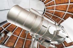 Telescopio moderno de la astronomía en un observatorio astronómico fotografía de archivo