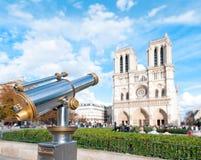 Telescopio para los turistas en el Notre Dame de Paris. Imagenes de archivo