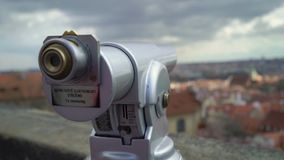 Telescopio para los turistas en Praga almacen de video