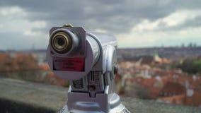 Telescopio para los turistas en Praga metrajes