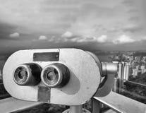 Telescopio que mira rascacielos de la ciudad Imagen de archivo libre de regalías