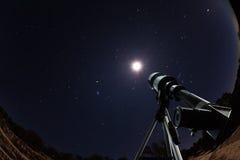 Telescopio sopra cielo notturno con le stelle e la luna fotografie stock